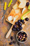 Todavía vida del queso, fruta, vino en una superficie de mármol natural Fotos de archivo libres de regalías