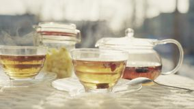 Todavía vida del té de la fruta en el aire fresco almacen de video