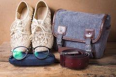 Todavía vida del zapato con los vidrios, el bolso y la correa de cuero en la madera Imagen de archivo