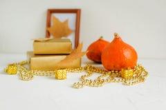 Todavía vida en blanco calabazas, hojas de otoño fotografía de archivo libre de regalías