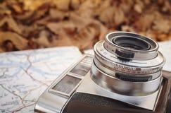Todavía vida en el bosque del otoño con la cámara y el mapa Imágenes de archivo libres de regalías
