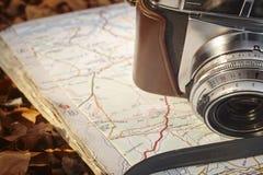 Todavía vida en el bosque del otoño con la cámara y el mapa Imagen de archivo