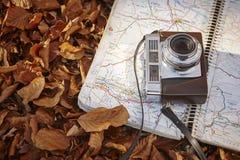 Todavía vida en el bosque del otoño con la cámara y el mapa Fotos de archivo