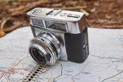 Todavía vida en el bosque del otoño con la cámara y el mapa Foto de archivo libre de regalías