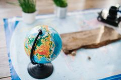 Todavía vida en el mapa político del mundo El concepto de viaje Imagen de archivo libre de regalías