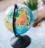 Todavía vida en el mapa político del mundo El concepto de viaje Foto de archivo