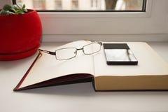 Todavía vida en la ventana Pote rojo Fotos de archivo libres de regalías