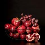 Todavía vida en un fondo oscuro Frutas y bayas (manzanas, pom Fotos de archivo libres de regalías