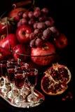 Todavía vida en un fondo oscuro Vino y x28; liquor& x29; vidrios, frutas a Fotos de archivo libres de regalías