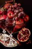 Todavía vida en un fondo oscuro Vino y x28; liquor& x29; vidrios, frutas a Imágenes de archivo libres de regalías