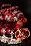 Todavía vida en un fondo oscuro Vino y x28; liquor& x29; vidrios, frutas a Imagen de archivo libre de regalías