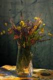Todavía vida - florero con las flores Foto de archivo