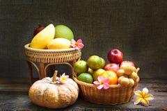 Todavía vida, fruta en la cesta de bambú Fotografía de archivo