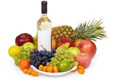 Todavía vida - frutas tropicales y botella de vino Imágenes de archivo libres de regalías