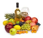 Todavía vida - frutas y botella de vino blanco Imágenes de archivo libres de regalías
