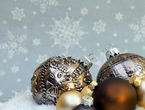 Todavía vida hecha de las decoraciones de la Navidad que ponen en la nieve fotografía de archivo libre de regalías