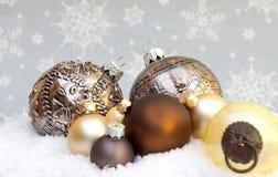 Todavía vida hecha de las decoraciones de la Navidad que ponen en la nieve imagen de archivo libre de regalías
