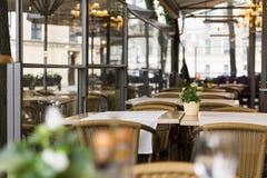 Todavía vida 1 Interior al aire libre vacío de la terraza del restaurante Imágenes de archivo libres de regalías