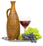 Todavía vida - jarro de la arcilla, vidrio de vino y uvas Fotografía de archivo