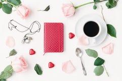 Todavía vida - la taza de café, rosas del melocotón, tarjeta en blanco del amor y caramelos en forma de corazón, ama el fondo rom Foto de archivo