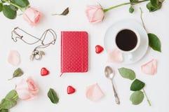Todavía vida - la taza de café, rosas del melocotón, tarjeta en blanco del amor y caramelos en forma de corazón, ama el fondo rom Imagenes de archivo