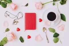 Todavía vida - la taza de café, rosas del melocotón, tarjeta en blanco del amor y caramelos en forma de corazón, ama el fondo rom Fotos de archivo