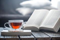 Todavía vida a la taza de té con un libro Foto de archivo