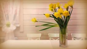 Todavía vida: narcisos amarillos en un florero en la tabla Fotos de archivo