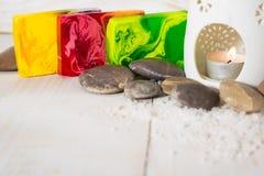 Todavía vida para el balneario con la sal, la piedra y rojo, amarillo y verde tan Imagen de archivo libre de regalías