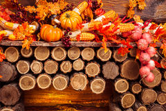 Todavía vida que consiste en las hojas anaranjadas, verduras del otoño Imagenes de archivo