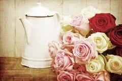 Todavía vida texturizada vintage con las rosas Imagen de archivo