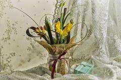 Todavía vida un regalo con las flores Foto de archivo