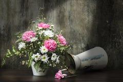 Todavía vida y x28; Falling& x29 del florero; Fotos de archivo libres de regalías