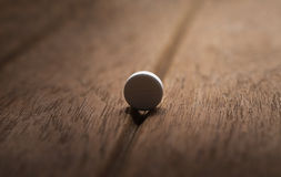 Todavía píldora peligrosa de la vida en fondo de madera oscuro Foto de archivo libre de regalías