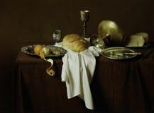 Todavía vida, imagen del viejo estilo del pan, queso, aceitunas, naranjas encendido Foto de archivo libre de regalías