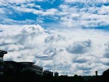 Today' s de blauwe hemel is volledig van dikke witte wolken stock afbeelding