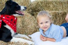 Todder felice con il suo cane. Fotografia Stock