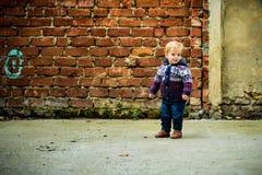 toddler Criança feliz ao ar livre Menino louro de sorriso imagens de stock