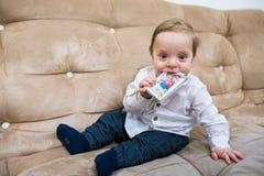 toddler Criança feliz Menino louro de sorriso pronto para jogar fotos de stock royalty free