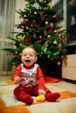 toddler Crian?a feliz Menino louro de sorriso pronto para jogar fotos de stock royalty free