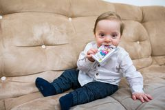toddler Enfant heureux Garçon blond de sourire prêt à jouer photos libres de droits