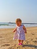 Toddling на пляже Стоковые Изображения