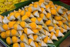 Toddy Palm Cake in Blattschale, a mögen ein bisschen Schwammkuchen Das nationale Stockbild