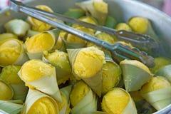 Toddy Palm Cake Kanom Tarn in banaanblad dat wordt gevuld royalty-vrije stock afbeelding