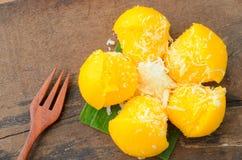 Toddy Palm Cake oder Kanom Tarn ist süßer gelber Palmenkuchen mit Kokosnuss Lizenzfreie Stockfotos