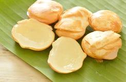Toddyen gömma i handflatan tropisk frukt på bananbladet royaltyfria foton