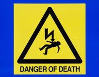 Todesgefahr vom Stromzeichen auf blauem Hintergrund Lizenzfreie Stockbilder