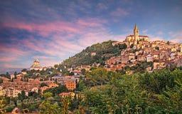 Todi, Perugia, Umbría, Italia: paisaje en el amanecer del medieval foto de archivo libre de regalías