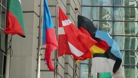 Todo el alfabeto Bulgaria, Dinamarca, Estonia, Alemania de las banderas de la UE que agita almacen de video