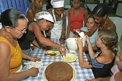 Todo el Brasil cuece las empanadas como estas señoras brasileñas jovenes Fotos de archivo